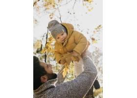 爸爸和宝宝在户外的低角度_11904656