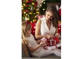 打开圣诞礼物的时间到了_11777918