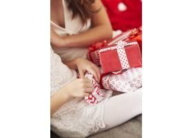 拆开圣诞礼物是非常令人兴奋的_11777876