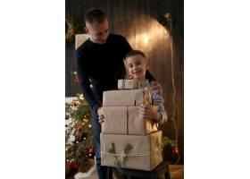 拿着圣诞礼物的小男孩_10445057