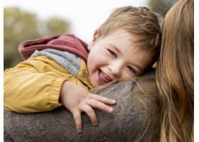 特写母亲抱着快乐的孩子_11103621