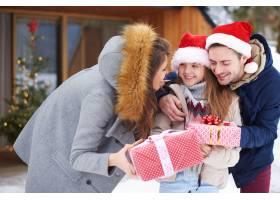 收到圣诞礼物的可爱女孩_11821139