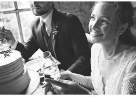 新娘和新郎在婚宴上与朋友手握酒杯_2999259