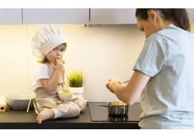 特写妈妈带着孩子做饭_12688748
