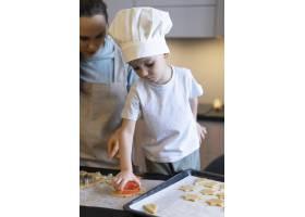特写孩子在准备饼干_12688781