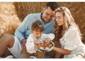 日落时分一家人在麦田里陪着小儿子玩耍_10885044