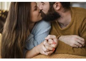 特写情侣在家中接吻_11233369