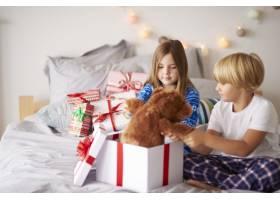 早晨在床上打开圣诞礼物_11727994