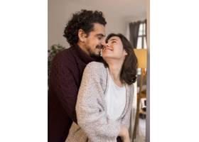 面带微笑的男人和女人面面相觑_12067183