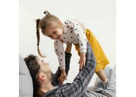 特写爸爸和孩子玩得开心_12552960