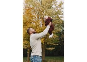 有可爱女儿的一家人父亲穿着一件棕色毛衣_11746957