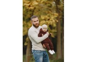 有可爱女儿的一家人父亲穿着一件棕色毛衣_11778665