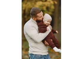 有可爱女儿的一家人父亲穿着一件棕色毛衣_11778666