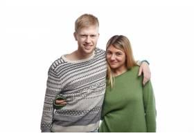 甜蜜可爱浪漫的欧洲青年男女幸福地微笑着拥_11193418