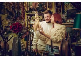 有趣的微笑的一家人在家居商店寻找家居_11530261