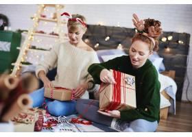 朋友们为圣诞节准备圣诞礼物_11755857