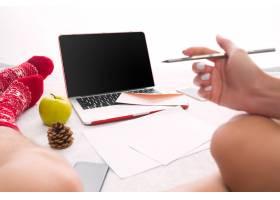 高加索夫妇在家中使用互联网技术笔记本电_11313479