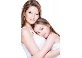 年轻漂亮的母亲带着8岁的小女儿在演播室拥_11180594