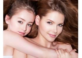 年轻漂亮的母亲带着8岁的小女儿在演播室拥_11180605