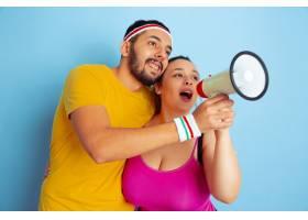 年轻漂亮的高加索夫妇穿着鲜艳的衣服培训_12702042