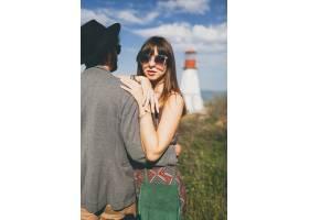 年轻潮人情侣爱着独立风格走在乡村背景是_10272268