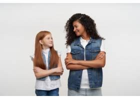 年轻的皮肤黝黑的女人和狐狸般的长发小女孩_11862200