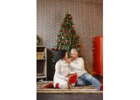 年龄和人口观家里的高年级夫妇穿着白色_11756893