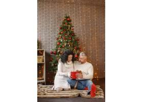 年龄和人口观家里的高年级夫妇穿着白色_11756896