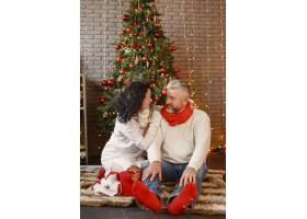 年龄和人口观家里的高年级夫妇穿着白色_11756924