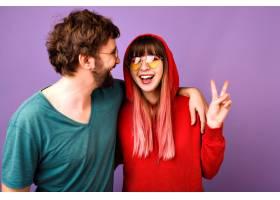 幸福夫妻欢天喜地的正面搞笑写真拥抱与欢_10498263