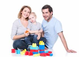 幸福微笑的年轻父母与婴儿玩耍的肖像孤立_11554639