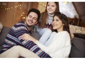 幸福的一家人望向远方的特写镜头_11757143