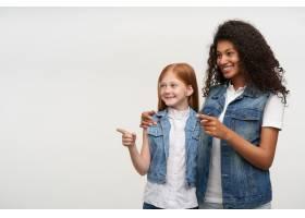 幸福的一对年轻女子身着休闲装竖起食指欢_11862523