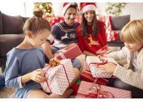 幸福的家庭开始打开圣诞礼物_11820291