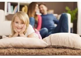 微笑的女孩在客厅的地毯上放松的肖像_11100482