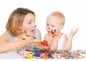 幸福的年轻母亲和孩子双手画在白色上与_10729990