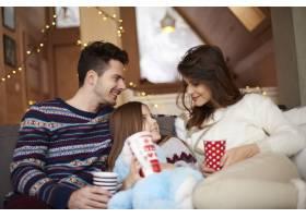 幸福的父母和他们的小女儿在一起_11757124