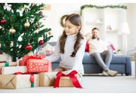 快乐女孩打开圣诞礼物_11262633