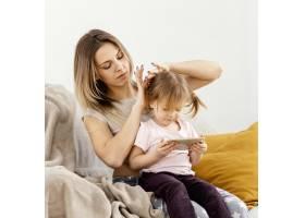 母亲与女儿共度时光_12658799