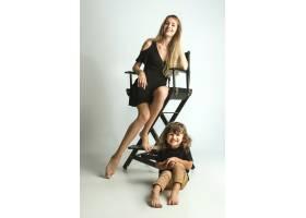 母亲与年幼的儿子玩耍对抗白人_11162360