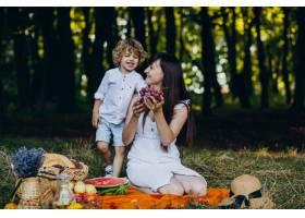 母亲和儿子在森林里野餐_10298714