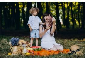 母亲和儿子在森林里野餐_10298719