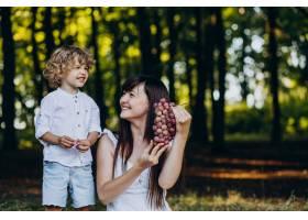母亲和儿子在森林里野餐_10298727