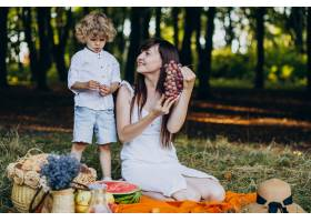 母亲和儿子在森林里野餐_10298738