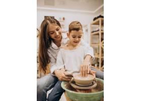 母亲和儿子在陶艺课上_10705364