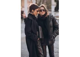 母亲和女儿一起在街上_12177547