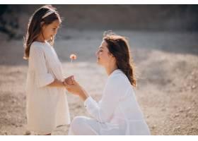 母亲和女儿一起玩得开心_10298540