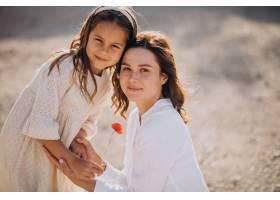母亲和女儿一起玩得开心_10298558