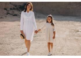 母亲和女儿一起玩得开心_10298769