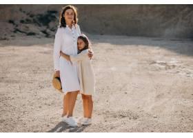 母亲和女儿一起玩得开心_10298831